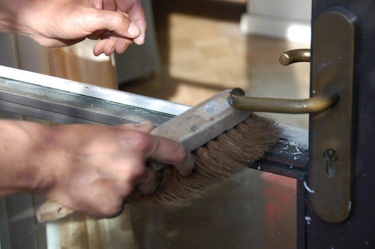 Glaszetten: Sponning schoonmaken