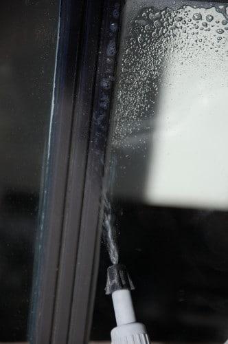 Glaszetten: Kit vochtig maken