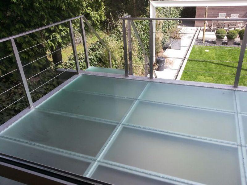 Beloopbaar glas glas waar je op kunt staan lopen - Glazen dak dak glijdende ...