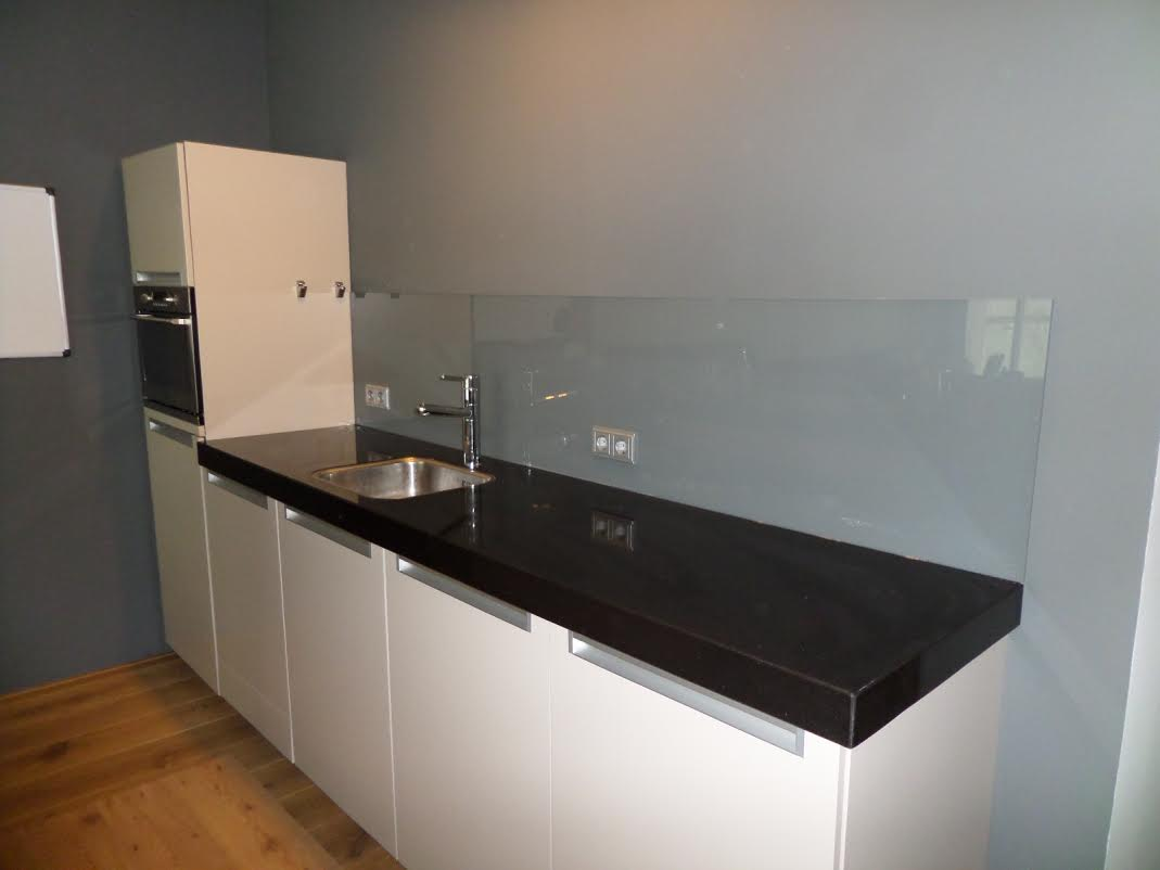 Stopcontact Keuken Hoogte : Grijze keukenwand glas met stopcontacten