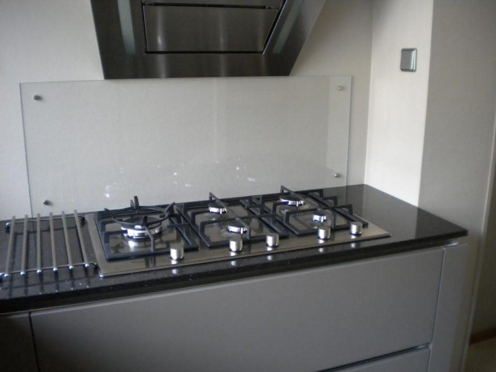 Glazen keuken achterwand met wandbevestiging - Glasbestellen.nl