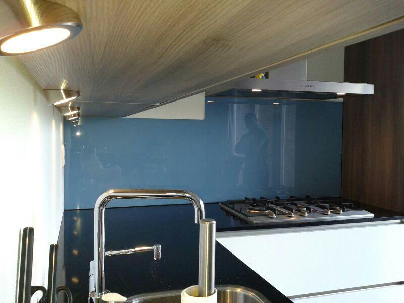 Bedwelming Keukenwand glas blauw met uitsparing - Glasbestellen.nl RL23