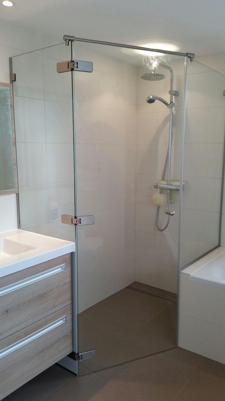 Douchecabine op maat met douchewand op badrand - Glasbestellen.nl
