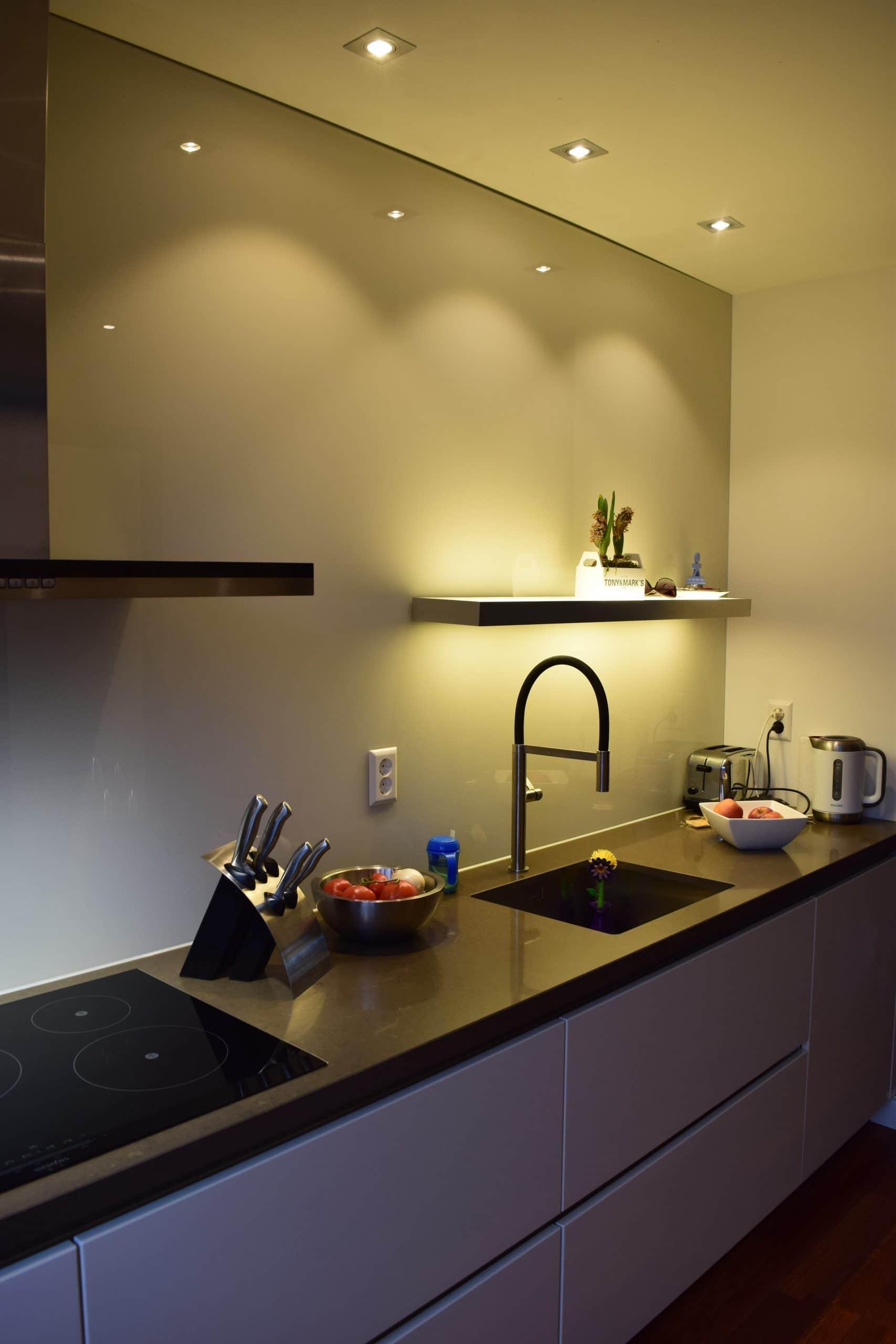 Spatwand achter de kookplaat - UW-keuken.nl | Keuken