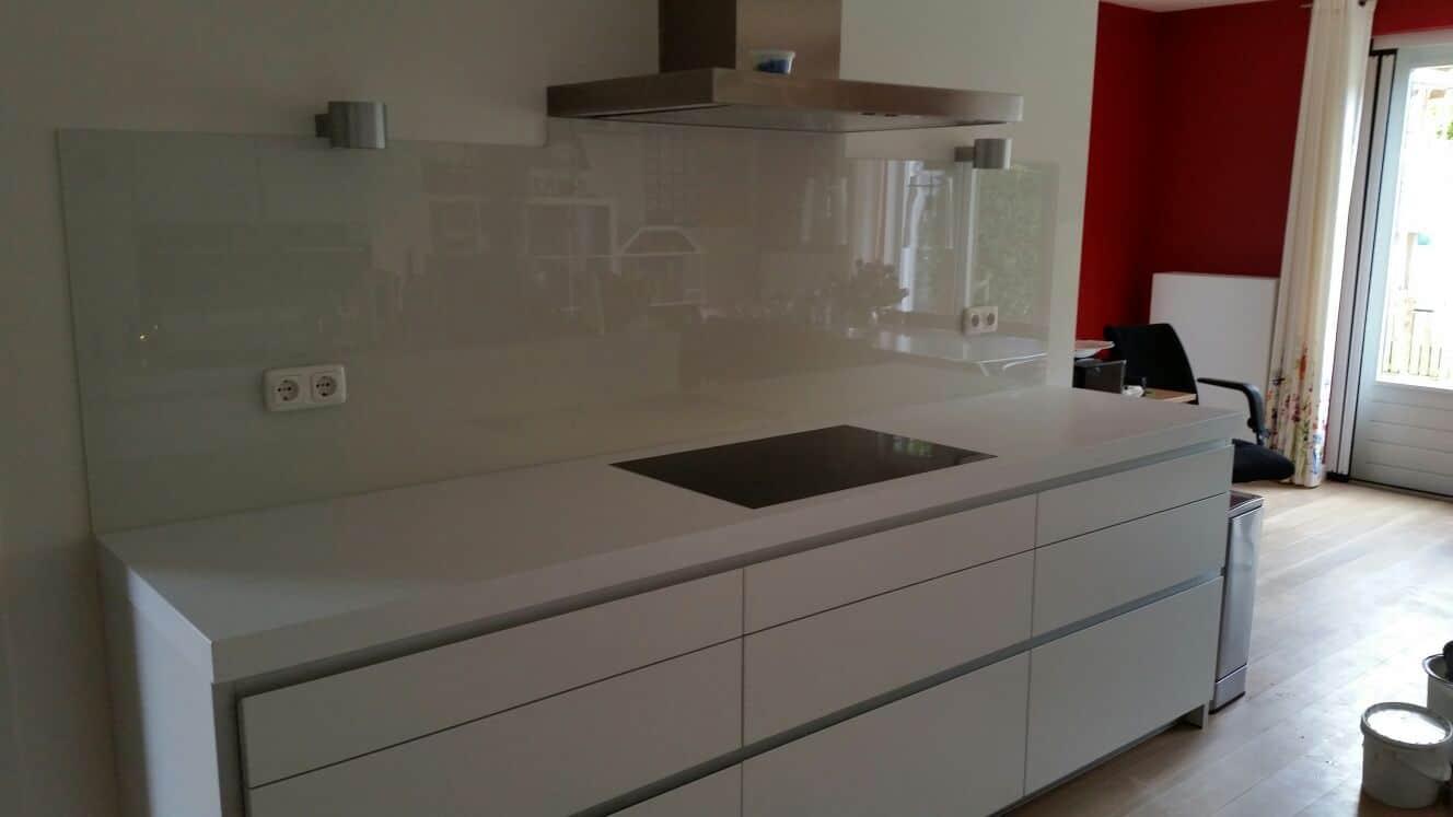 Stopcontact Keuken Hoogte : Keuken glas over volle breedte onder afzuigkap – Glasbestellen.nl