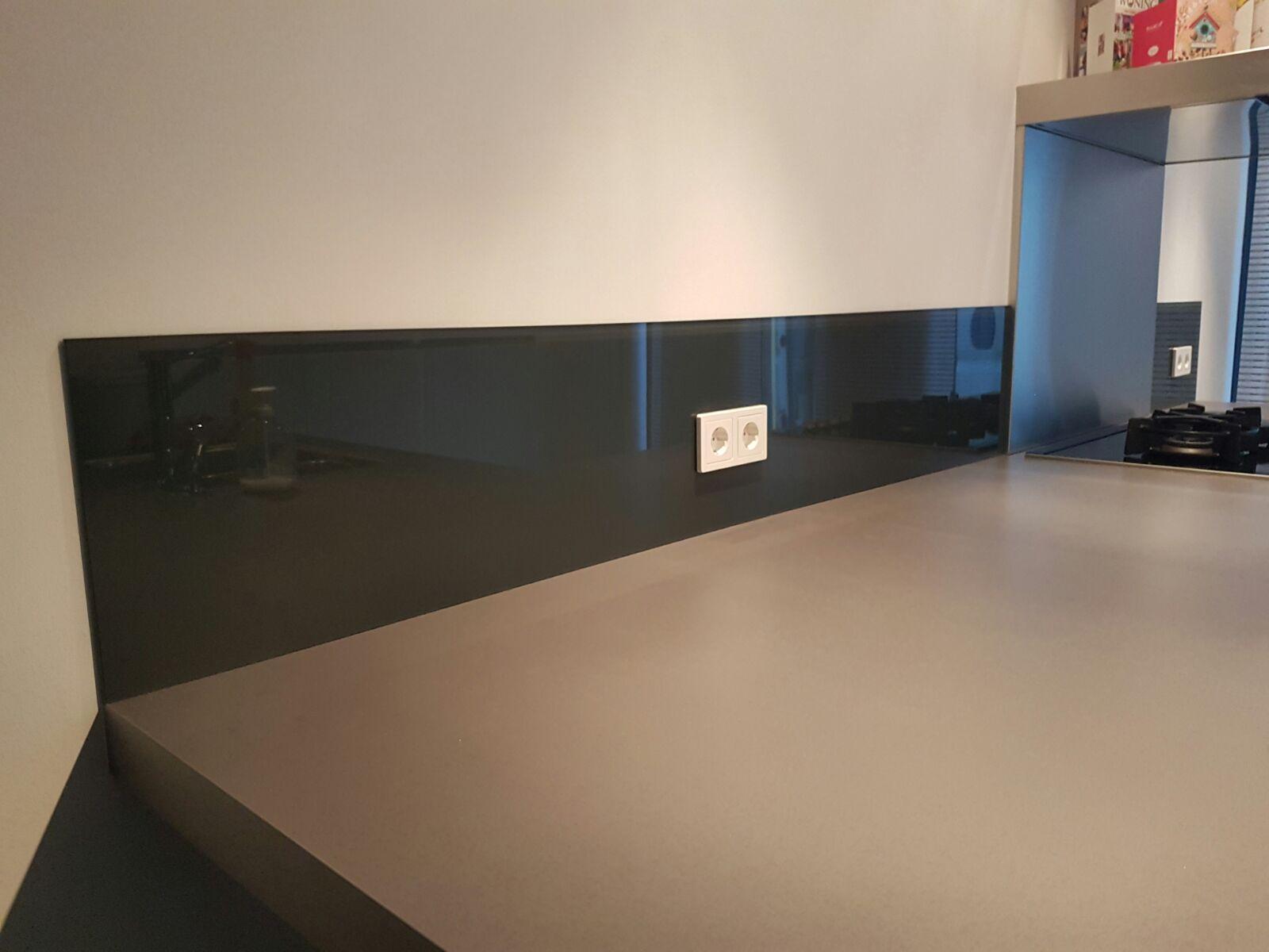 Achterwand Keuken Rvs : lage keukenwand naast rvs spatplaat deze lage keukenwand in ral 7016