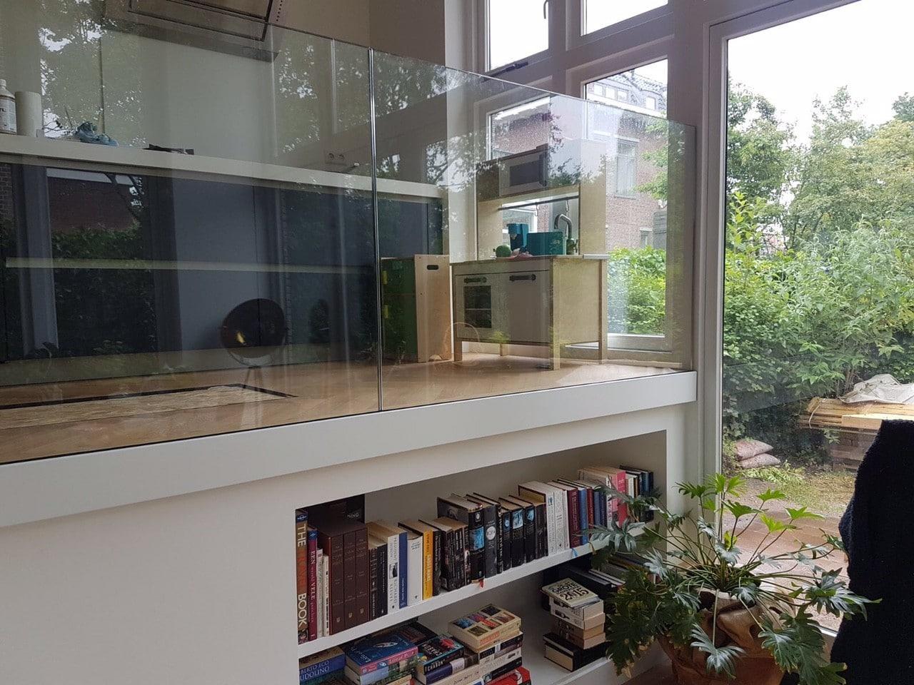 Glazen balustrade in wit vloeprofiel