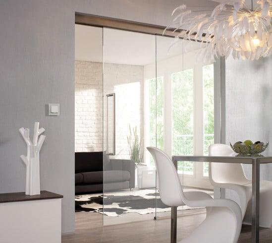 Glazen schuifdeur met bovenrails in woonkamer